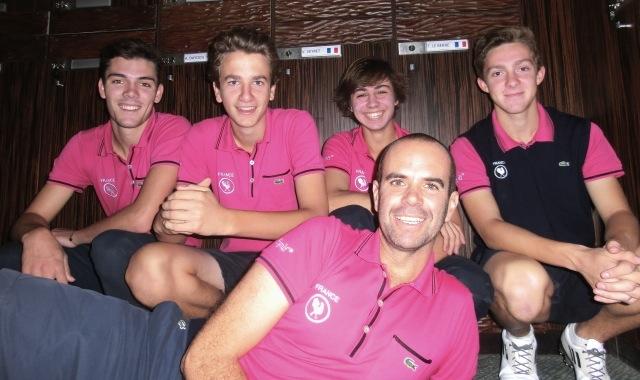 """Après leur partie et leur séance d'entraînement, les jeunes Français et leur coach se sont retrouvés au vestiaire pour se changer et revêtir leur """"jacket and tie"""" pour la cérémonie d'ouverture et le dîner officiel."""