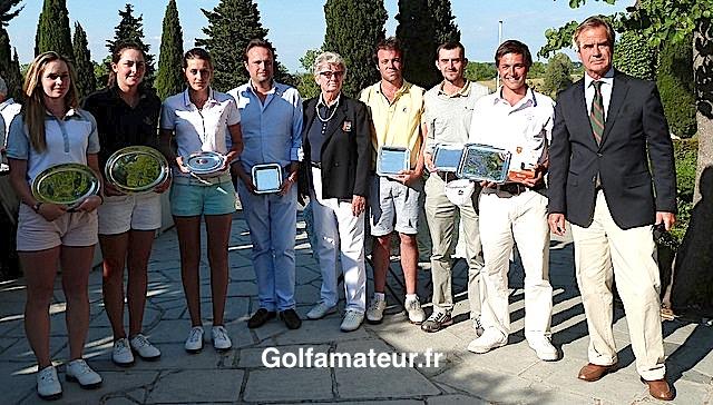 Tous les lauréats de la coupe Yves Caillol 2014 autour de Marianne Caillol et de Jean-Noël Gaillet, le président du Golf Club d'Aix-Marseille.