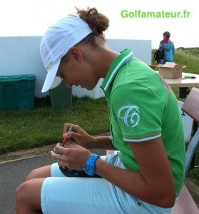 Pauline Roussin-Bouchard ne peut pas jouer si elle n'a pas marqué sa balle avant le départ.