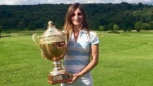 Anyssia Herbaut a conservé le beau trophée du Classic de Joyenval.