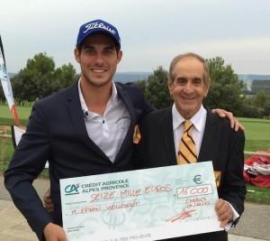 Erwan Vieilledent a reçu son chèque des mains de Leonardo Kleiner, le propriétaire du golf.