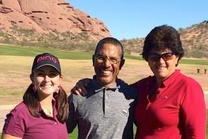 Emilie Alonso et Anne-Marie Palli aux côtés du directeur du golf d'Arizona State Papago.