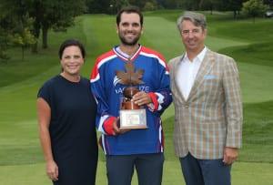 Paul Barjon tout sourire après avoir reçu le trophée des mains des officiels du Mackenzie Tour.